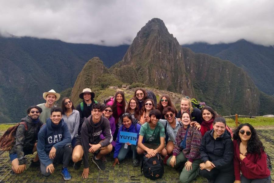 vista alumnos con ruinas Machu Pichu de fondo
