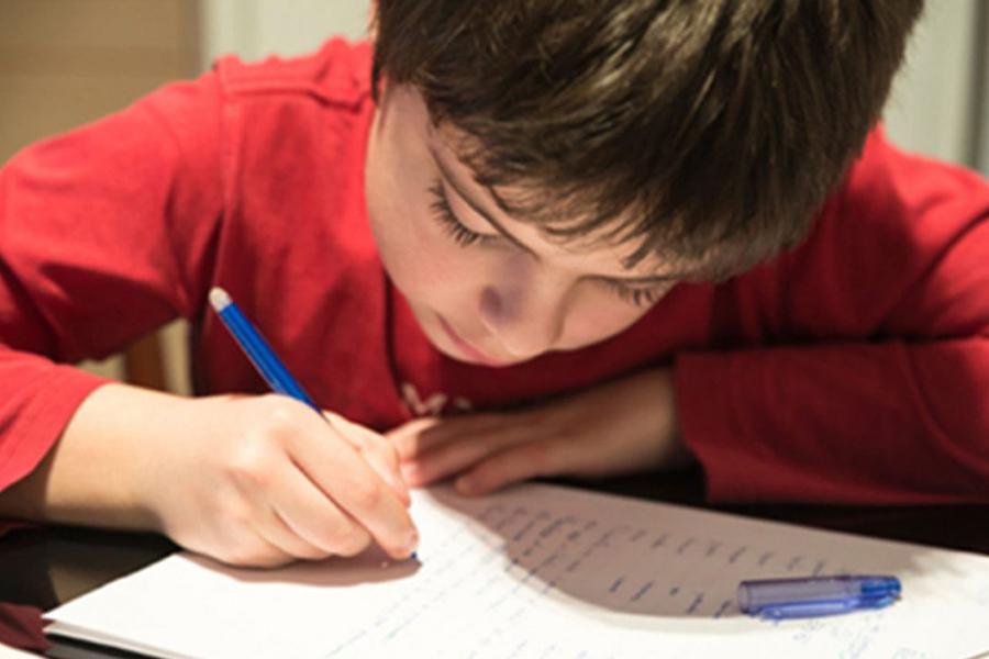 nino-escribiendo-carta