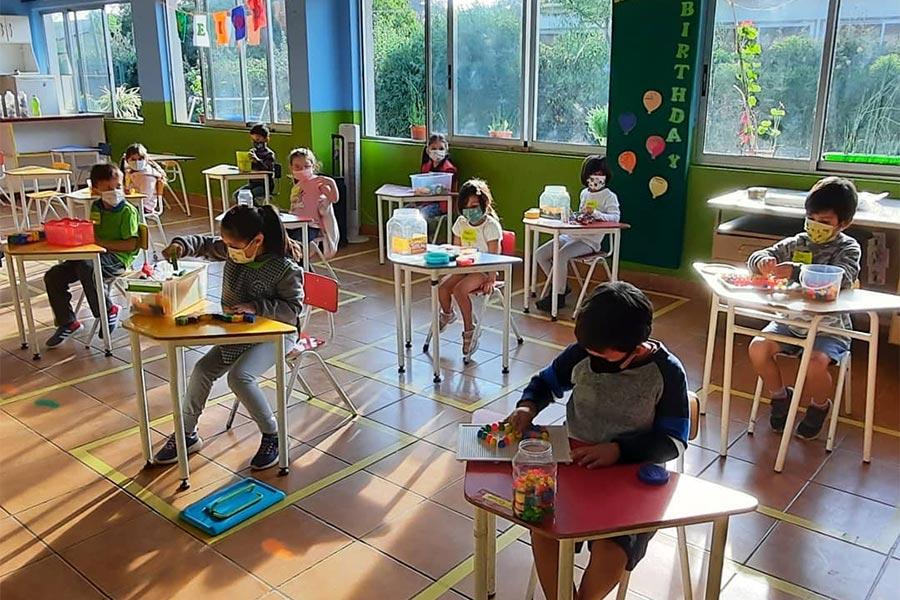 Niños en clases respetando distancia